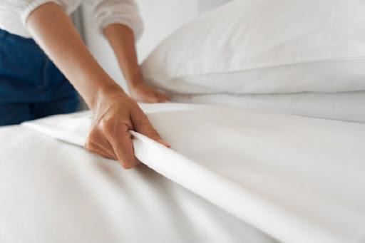 Cách trải ga giường như thế nào để không nhăn ?